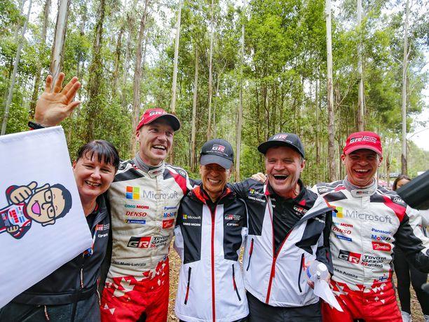 Toyota-leirin riemu oli Australiassa ylimmillään, kun Jari-Matti Latvalan (2. vasemmalta) ja Miikka Anttilan (oikealla) voitto sinetöi tallille valmistajien maailmanmestaruuden.