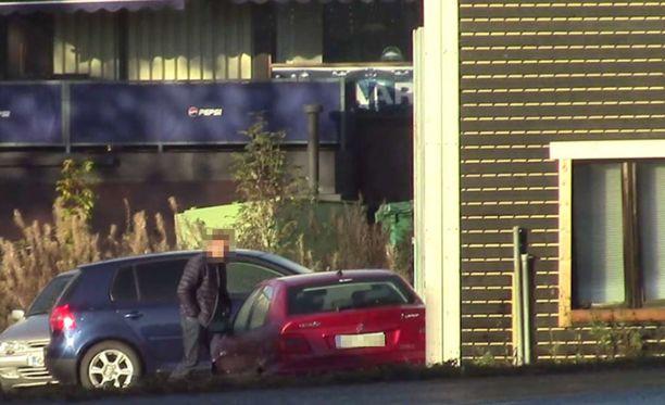 Poliisi kuvasi epäillyn liikkeitä seurannan loppuvaiheilla. Pian miehet otettiin kiinni.
