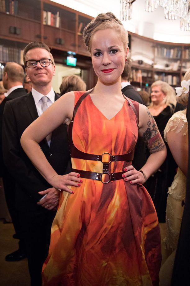 Vasemmistoliiton kansanedustaja Hanna Sarkkinen Linnan juhlissa viime vuonna. Taustalla katselee tuore aviomies.