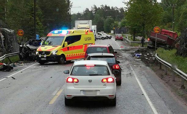 Tie onnettomuuspaikalla oli ensin suljettu. Seitsemän aikaan aamulla poliisi kertoi, että toinen kaista on jo avattu.