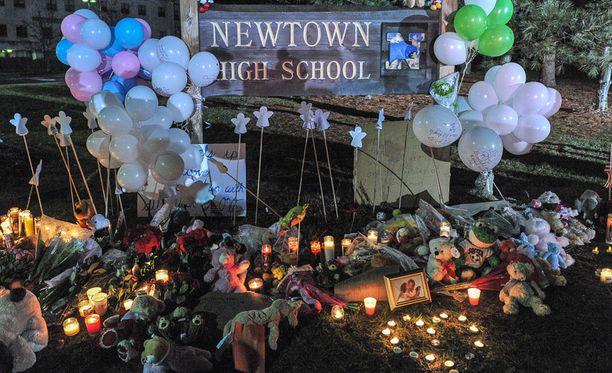 Newtownilaiset toivat kukkia lähes vuosi sitten tapahtuneen tapauksen muistoksi.