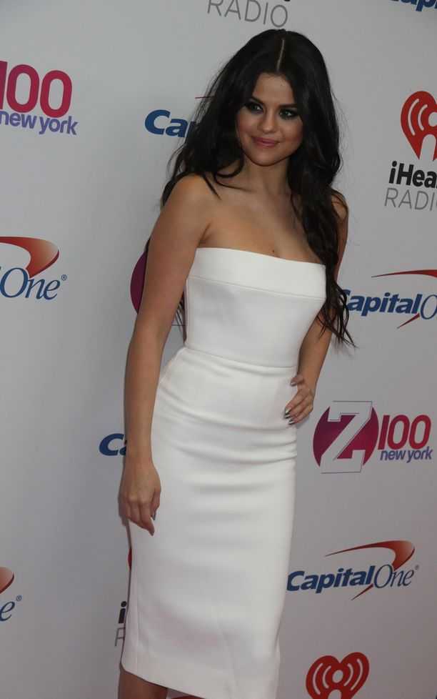 Selena Gomez punaisella matolla vuonna 2015.