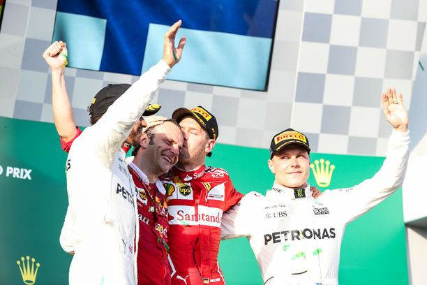 Valtteri Bottas seurasi Sebastian Vettelin voitonjuhlia lähietäisyydeltä.