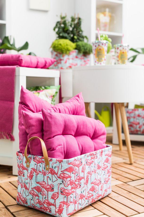 Kotikulta kori Flamingot, hinnat vaihtelevat korin koosta riippuen 4,99-7,99 euroa, Kotikulta istuintyyny 3,99 euroa.