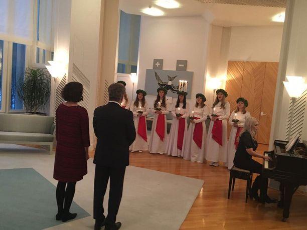 Jenni Haukio oli pukeutunut joulunpunaiseen, kun hän kuunteli esitystä presidentti Sauli Niinistön rinnalla.
