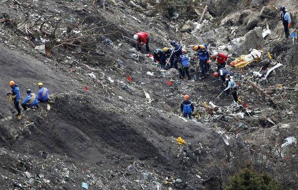 Viranomaiset työskentelevät vainajien siirtämiseksi pois turmapaikalta lähellä Seyne-les-Alpesia Etelä-Ranskassa.