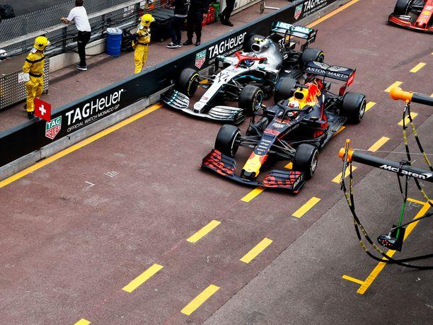 Valtteri Bottas ja Max Verstappen osoittivat, että Monacossa varikkosuoralle mahtuu kerrallaan vain yksi auto. Tämä osuma maksoi molemmille kuljettajille yhden sijan, jonka takana tuleva Sebastian Vettel kuittasi itselleen.