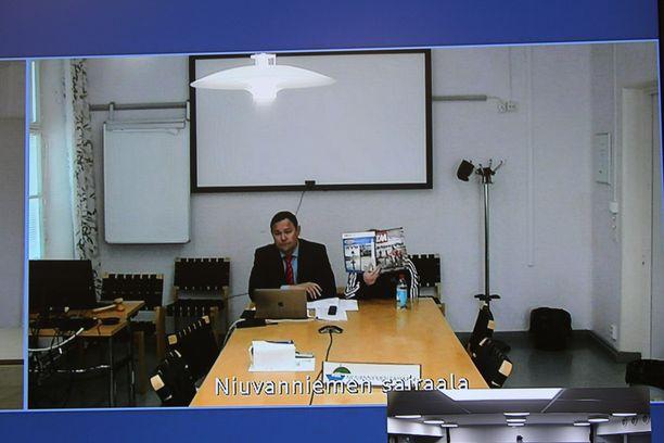 Asianajaja Tommi Hytönen ja syytetty mies osallistuivat käsittelyyn videoyhteydellä Niuvanniemen sairaalasta.