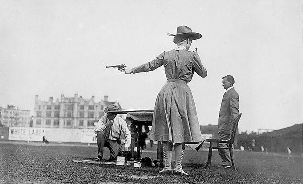 Buffalo Billin näytöksissä oli mukana myös ampumataidostaan tunnettu Annie Oakley.