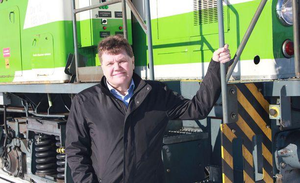 Kansanedustaja Harry Wallin on nähnyt paljon maailmaa myös veturinkuljettajana.