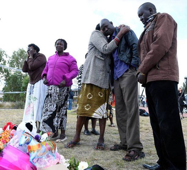 Järkyttyneet omaiset surivat menetystä turmapaikalla. Lapset olivat sudanilaista syntyperää.