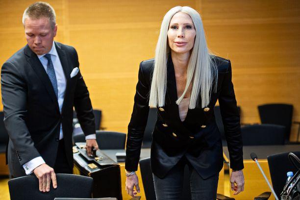 Miljonääriäiti Maria Alanne oikeudessa vastaamassa törkeästä kavalluksesta. KUVA: JENNI GÄSTGIVAR
