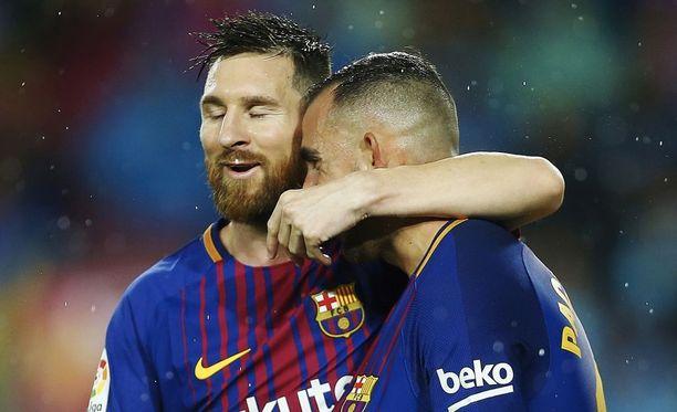 Paco Alcácer (oik.) niittasi Barcelonalle voiton ja pääsi Lionel Messin syleiltäväksi.