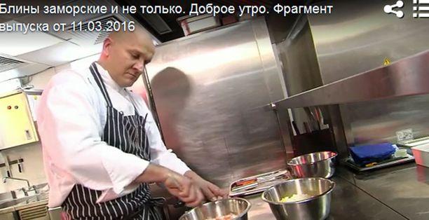 Kuvausryhmä pääsi vierailemaan Sauli Kemppaisen keittiöön.