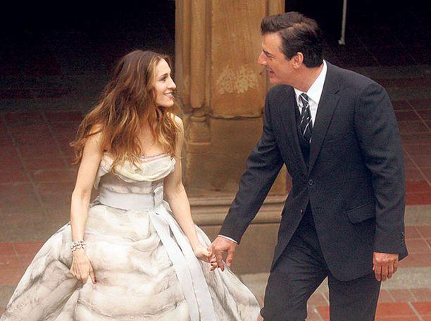 ON VAI OFF? Carrien ja Mr. Bigin monimutkainen romanssi saa jatkoa Sinkkuelämää-elokuvassa.