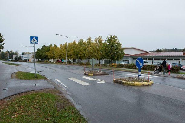 Poikkeuksellinen ammuskelu sattui Halikon kirkonkylän keskustassa viime marraskuussa. Kuva on vuodelta 2012, jolloin lähes samalla paikalla sattui liikenneonnettomuus.