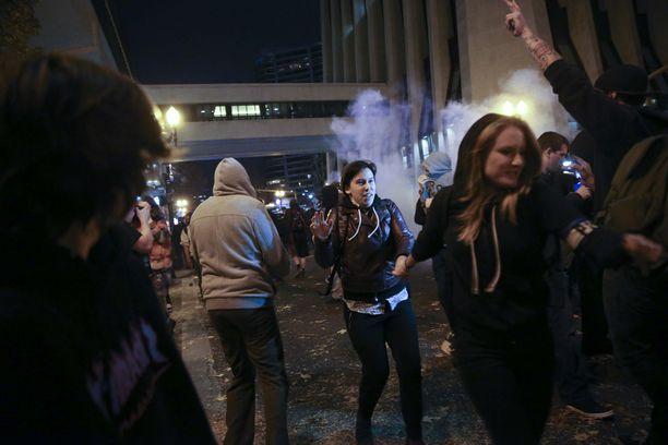 Protestit äityivät väkivaltaisiksi Oregonin osavaltion Portlandissa.