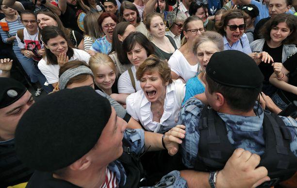 Moskovassa pidätettiin joukoittain ihmisiä, jotka marssivat kaduilla.