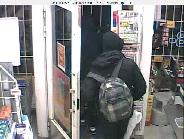 Toisella ryöstäjällä oli selässään kuviollinen, harmaa reppu.