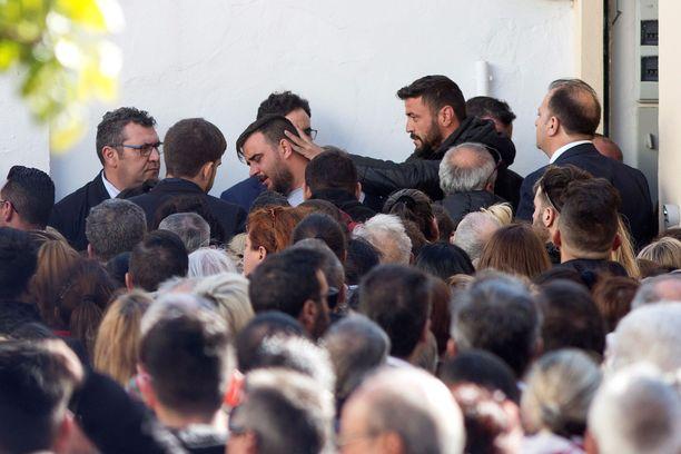 Julenin isä Jose Rosello (keskellä takana) ei voinut estää kyyneleitään poikansa hautajaisissa.