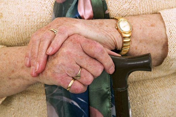 Tehtävänsä jättävä Eetu Salunen on huolissaan siitä, riittääkö rahoituspohja ikääntyneiden hyvään hoivaan.