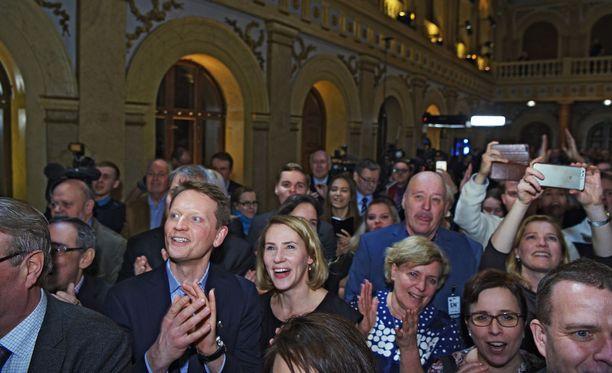 Nuutti Niinistö jännittää vaimonsa Saaran kanssa, kuinka Sauli Niinistö pärjää presidentinvaaleissa.