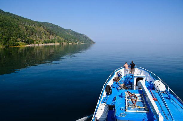 Asuntolaiva Valeria risteilee Baikaljärvellä.