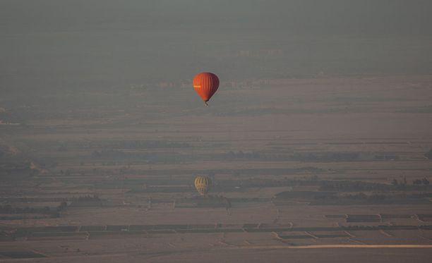 Egyptin Luxorissa turisteja kyydittänyt kuumailmapallo on rysähtänyt maahan. Kuvituskuva Luxorin yllä lentävästä kuumailmapallosta.
