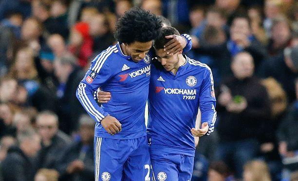 Chelsean Willian (vas.) ja Eden Hazard saivat helpon voiton Manchester Citystä.