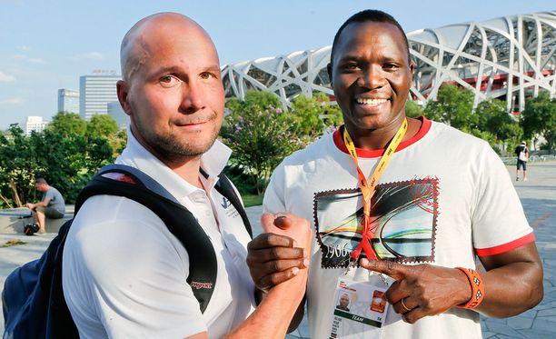 Kun kaikki oli hyvin. Petteri Piironen ja Julius Yego hymyilivät Iltalehdelle ennen Pekingin MM-kisojen finaalia viime vuonna. Yego voitti Kiinassa kultaa.