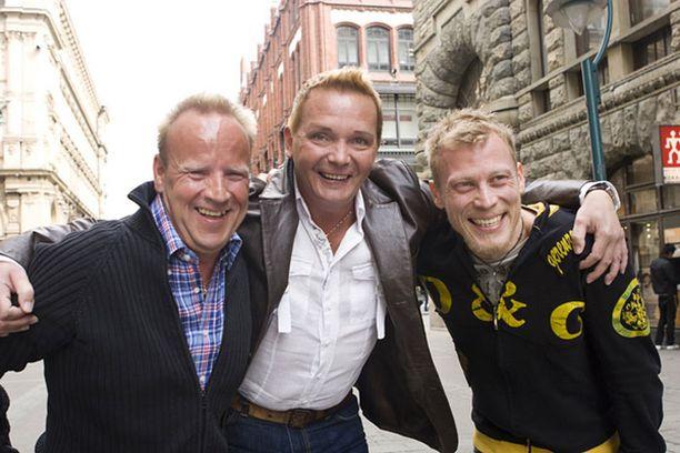 Lasse Karkjärvi, Mikko Rasila ja Timo-Pekka Luoma pistävät kukin vauhtia Parittain-farssiin. Lasse esittää näyttelijää, Timo-Pekka rakastajaa ja Mikko vastaa tanssista.