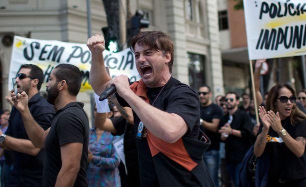 Poliisit osoittivat äänekkäästi mieltään Riossa maanantaina.