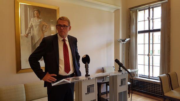 Eduskunnan puhemies Matti Vanhanen (kesk). Taustalla maalaus eduskunnan entisestä puhemiehestä Riitta Uosukaisesta.