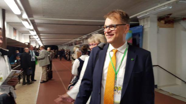 Keskustan väistyvä puheenjohtaja Juha Sipilä saapui lauantaina aamulla kokouspaikalle Kouvolan jäähalliin.