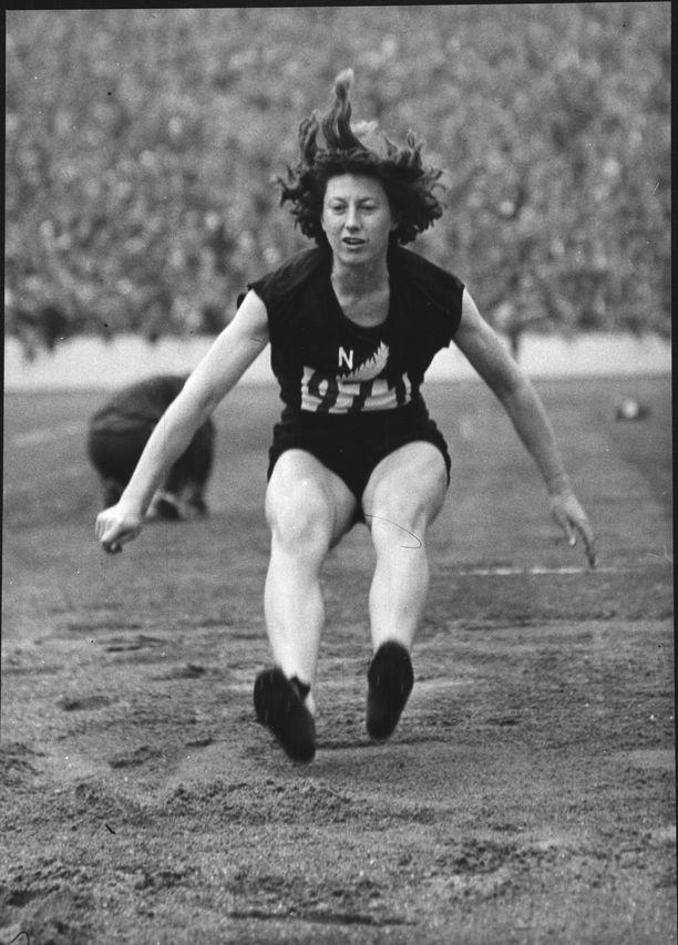 Yvette Williamsista tuli Helsingissä ensimmäinen naispuolinen olympiavoittaja Uudesta-Seelannista.