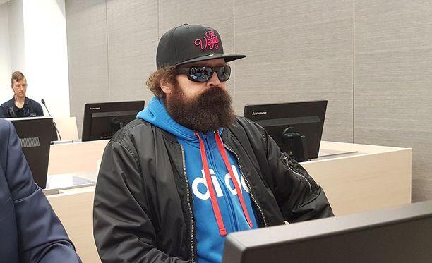 Pekka Seppänen saapui oikeuteen Feel Vegas-lippalakissa, jonka hän otti pois sen jälkeen, kun median valokuvaajat lopettivat toimintansa.