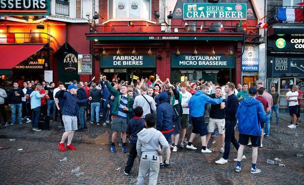Fanit juhlivat tiistaina rauhallisesti Lillen rautatieaseman läheisyydessä.