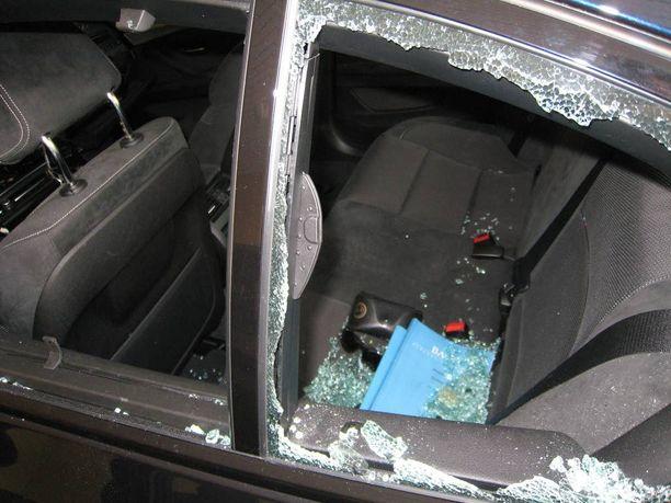 Varkaat murtautuivat autoon yleensä ikkunan rikkomalla.