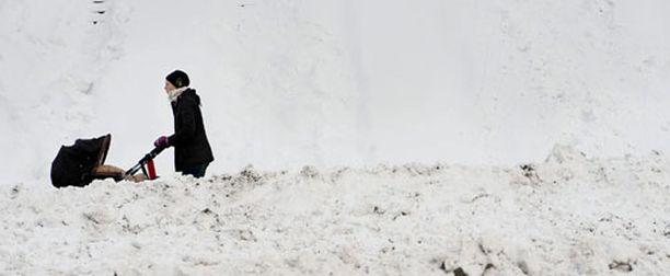 Vaikka lumi on sekoittanut Helsingin liikenteen pahasti jo nyt, ennusteen mukaan sitä on tulossa vielä rutkasti lisää.