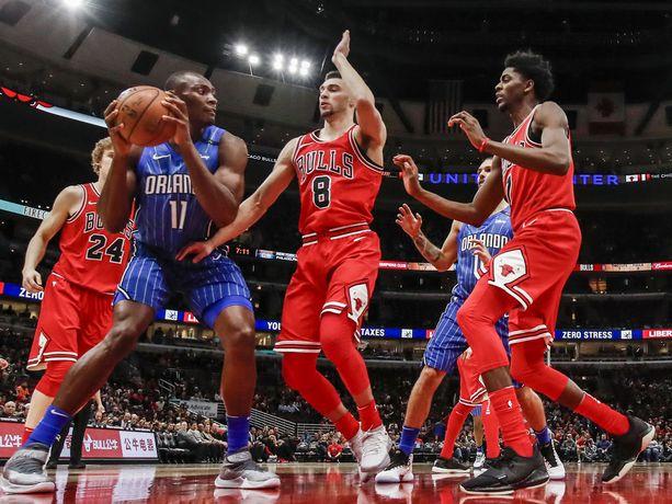 Zach LaVine (kesk.) on yksi Bullsin tulevaisuuden peruspalikoista.