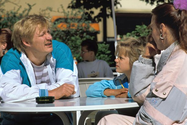 Isä (Ahti Jokinen), Anna (Maiju Jokinen) ja äiti (Riitta-Liisa Helminen) Yle TV2:n Mummo-ohjelmassa.