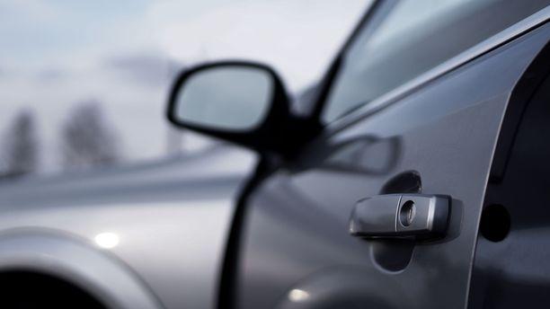 Autoa ei saanut ulkopuolelta auki, sillä avaimet olivat jääneet sisään. Kuvituskuva.