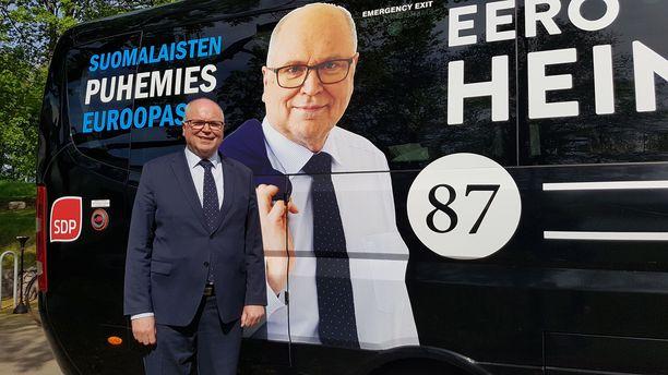 Eurovaaliehdokas Eero Heinäluoma (sd) ja hänen vaalibussinsa.