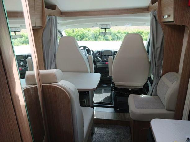 Kompaktissa ja nykyaikaisessa asuntoautossa kaikki tila on käytetty hyödyksi.