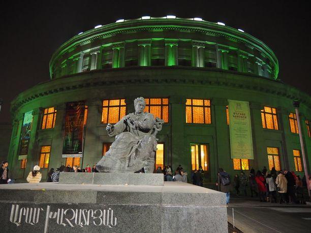 Oopperatalossa kannattaa vierailla.