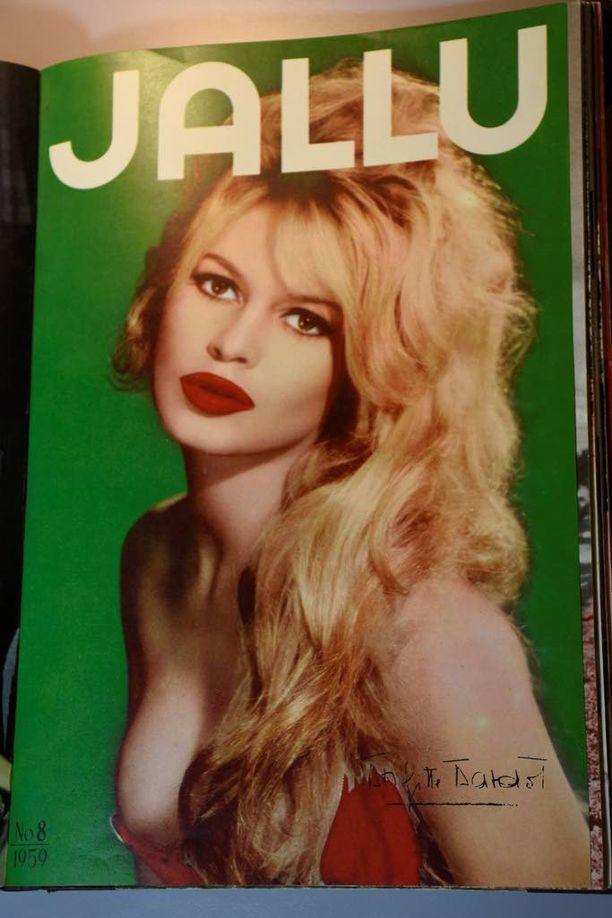 Suomalaisten kaunottarien lisäksi Jallussa olivat näkyvästi esillä myös ulkomaalaiset tähdet, kuten ranskalainen näyttelijätär Brigitte Bardot, ensimmäinen BB-tähti, kuten hänen lempinimensä kuului.