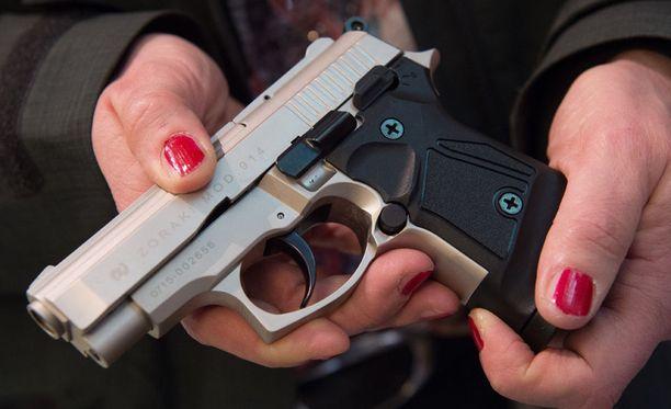 Lännen Median mukaan lääkärit ilmoittavat yhä harvemmin poliisille henkilöistä, joille ampuma-aseet eivät sovi. Kuvituskuva.