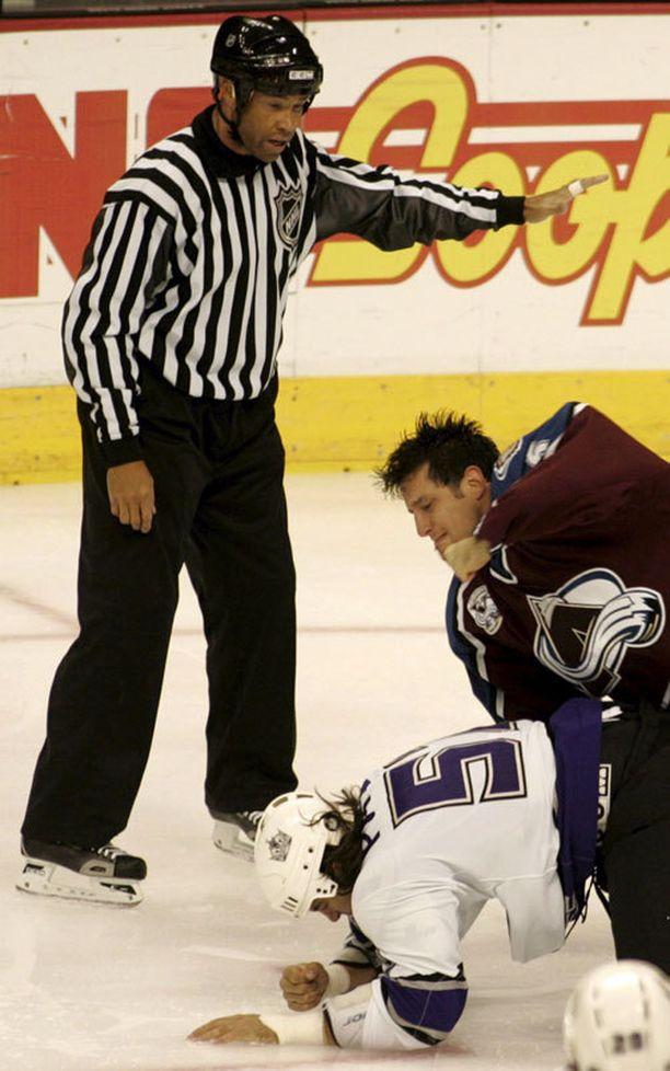 Bob Boughner oli NHL-urallaan melkoinen pukari. Lokakuussa 2005 moukaroinnin uhriksi joutui George Parros.