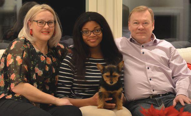 Koko perhe koossa, Helmi-koiraa myöden. Meille perhe on kaikki kaikessa.