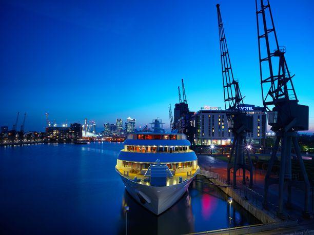 Sunborn London sijaitsee Lontoon konferenssikeskusalueella Royal Victoria Dockissa. Neljän tähden hotellissa on ravintoloita, kokoustiloja sekä kauneushoitola.